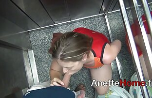 Wanita kulit hitam gemetar pantatnya di depan kumpulan fabel singkat tetangga di kamar mandi.